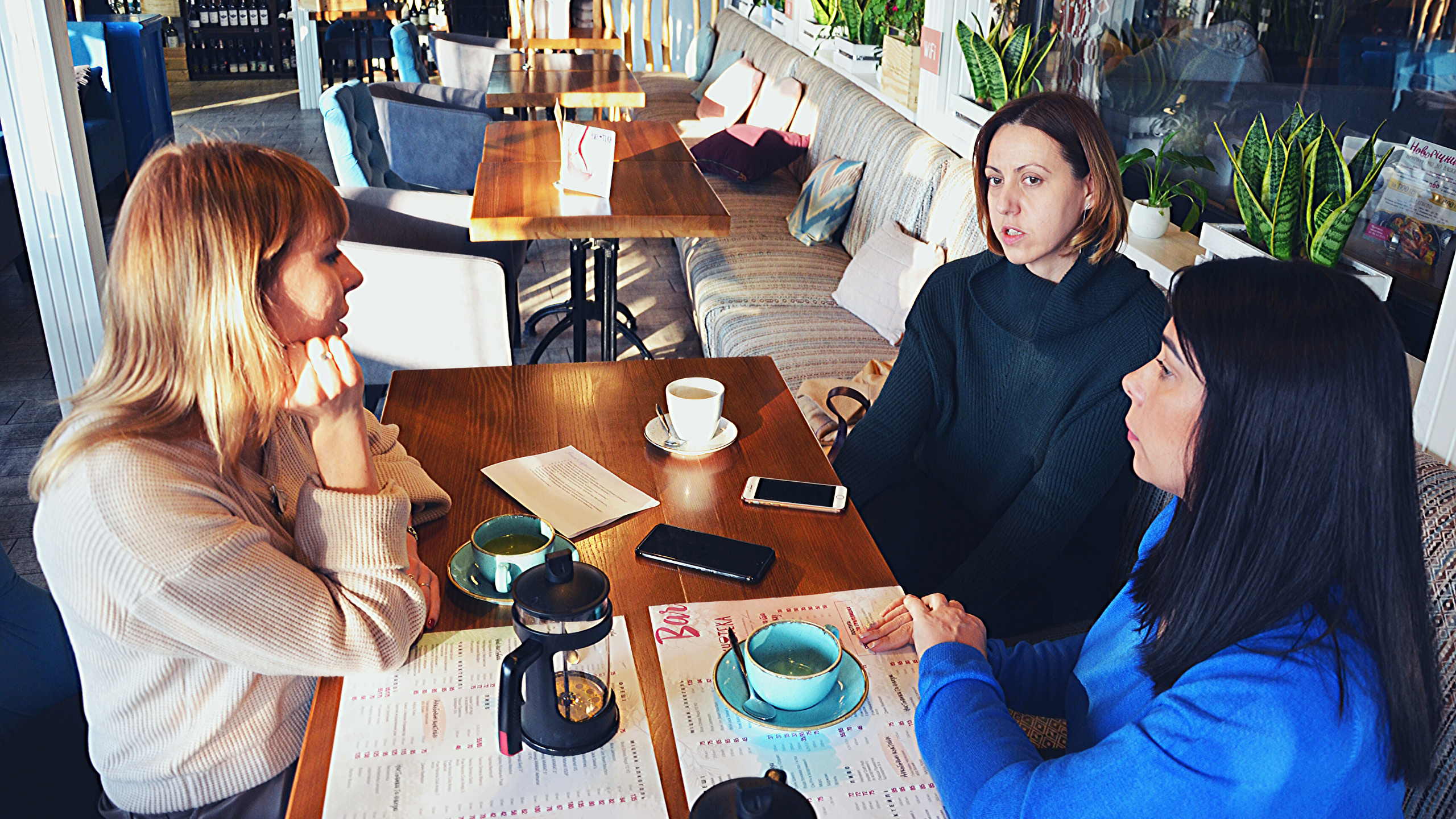 Світлана Котенко бере інтерв'ю у засновниць студії масажу Bodybloom